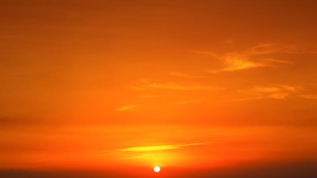 Majestueuze zonsonderganghemel over het bergenlandschap