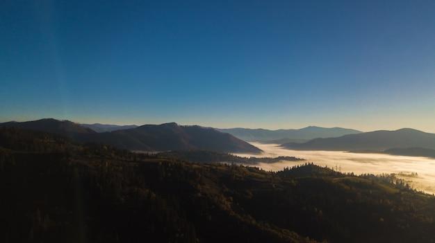 Majestueuze zonsopgang in het bergenlandschap