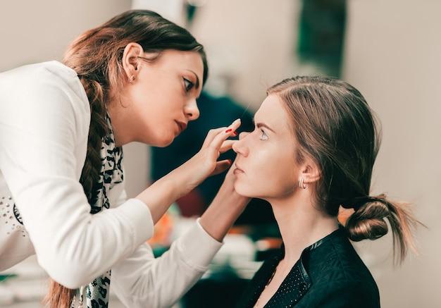 Make-up artiest bruid voorbereiden voor de bruiloft in een ochtend. concept van levensstijl