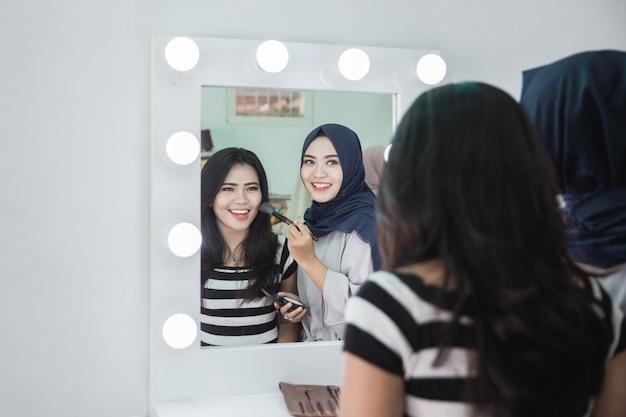 Make-up artiest die make-up toepast