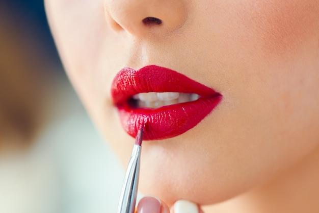 Make-up artiest doen professionele make-up van jonge vrouw