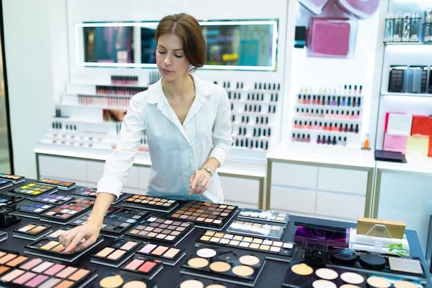Make-up artiest kiest kleur van blush bij make-up winkel.