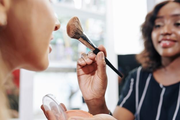 Make-up artiest poeder bronzer toe te passen