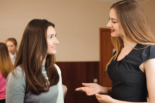 Make-up artiest professioneel doen maakt omhoog van jonge vrouw. schoonheidsschool