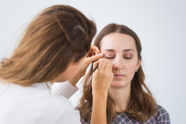 Make-up artiest professionele make-up van jonge vrouw doen