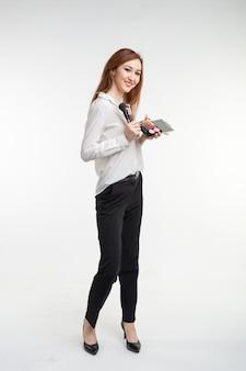 Make-up artiest, schoonheid en cosmetica concept - koreaanse vrouwelijke visagist met make-up borstels en oogschaduw palet op witte achtergrond