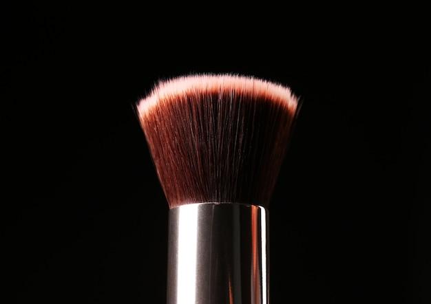 Make-up borstel geïsoleerd op zwart