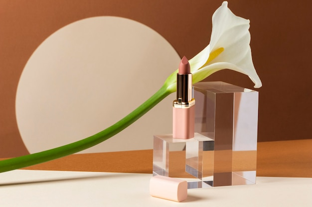 Make-up concept met lippenstift en bloem