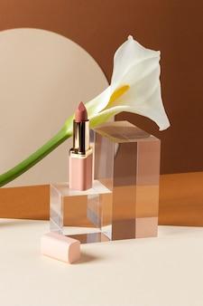 Make-up concept met lippenstift en plant