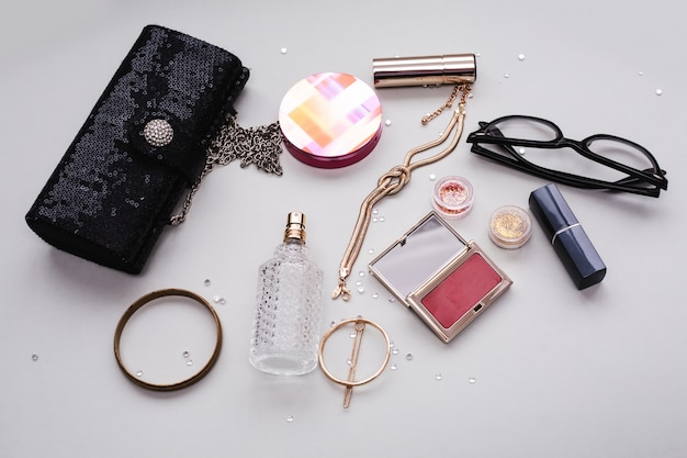 Make-up cosmetica producten en accessoires op grijze achtergrond