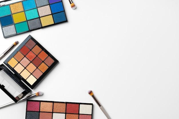 Make-up cosmetische palet op witte achtergrond en borstel