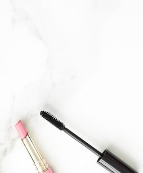 Make-up en cosmetica producten op marmeren flatlay achtergrond moderne vrouwelijke levensstijl beauty blog en mode inspiratie concept