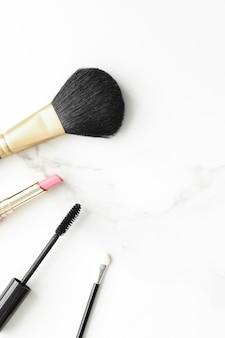 Make-up- en cosmeticaproducten op marmeren flatlay-achtergrond moderne vrouwelijke levensstijl beautyblog en ...