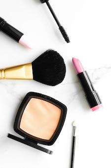 Make-up- en cosmeticaproducten op marmeren flatlay-oppervlak, moderne vrouwelijke levensstijl, beautyblog en mode-inspiratieconcept