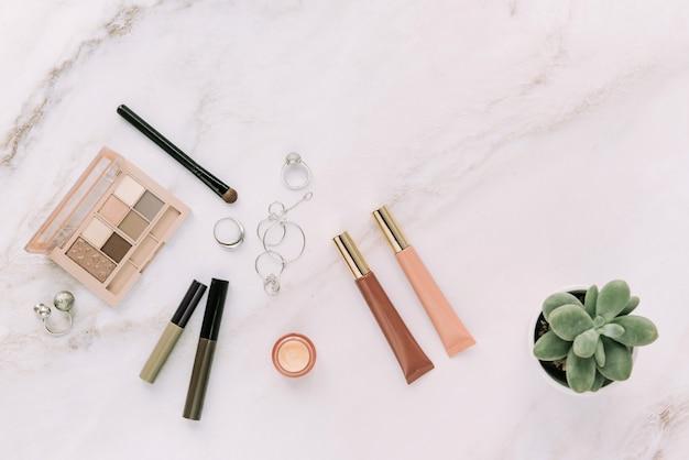 Make-up en cosmetische producten plat op natuursteen achtergrond