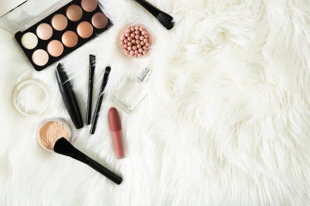 Make-up en parfum op een witte achtergrond. plaats voor tekst