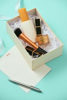 Make-up geschenkdoos met serum, blush, borstels, crème en lippenstift binnenshuis