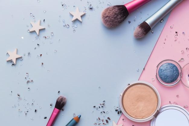 Make-up kwast; blusher en oogschaduw met crushed bril op dubbele achtergrond