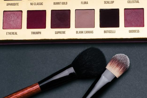 Make-up kwasten en palet met veelkleurige oogschaduw