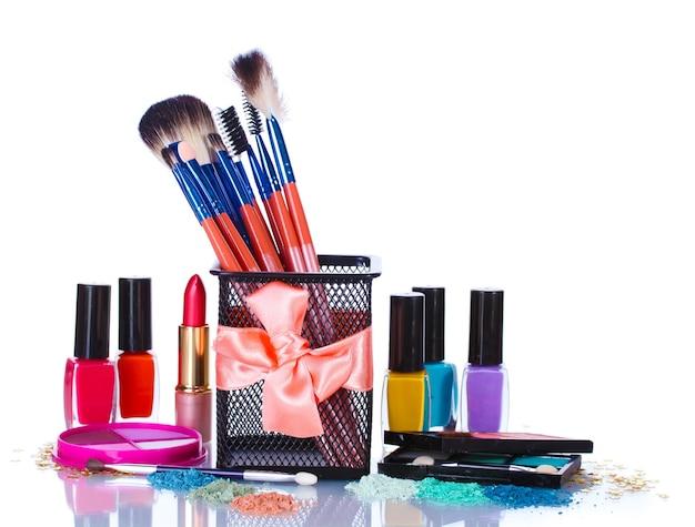 Make-up kwasten in houder en cosmetica geïsoleerd op wit