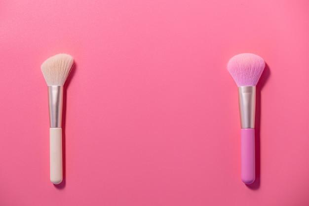 Make-up kwasten met poeder op roze