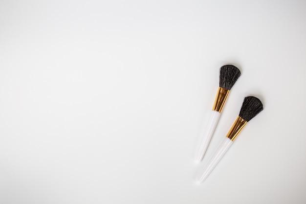 Make-up kwasten met poeder op wit