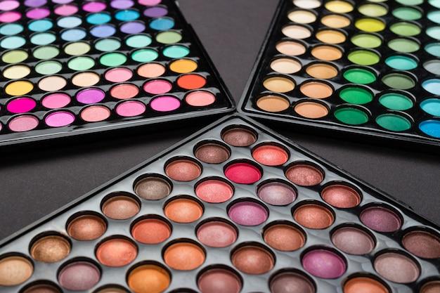 Make-up oogschaduwpaletten op een zwarte ruimte