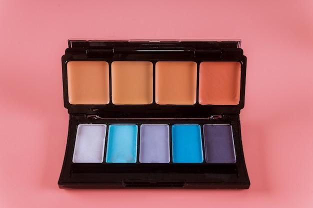 Make-up palet, oogschaduwen in zwarte doos.