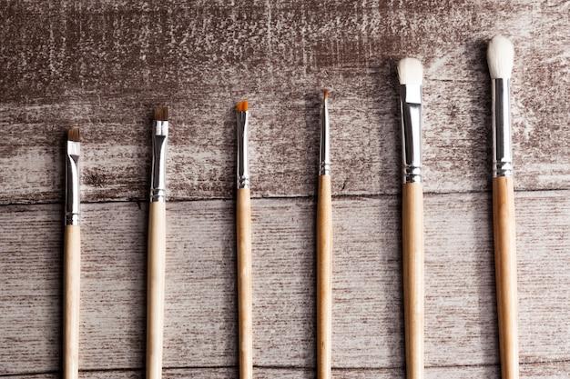 Make-up penselen op houten achtergrond in studio foto. gezichtsverzorging en cosmetica