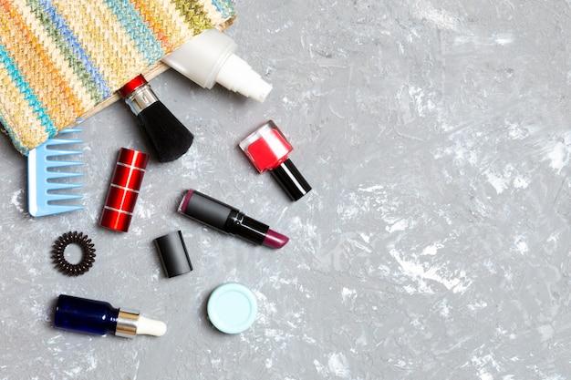 Make-up producten die uit de zak met cosmetica komen