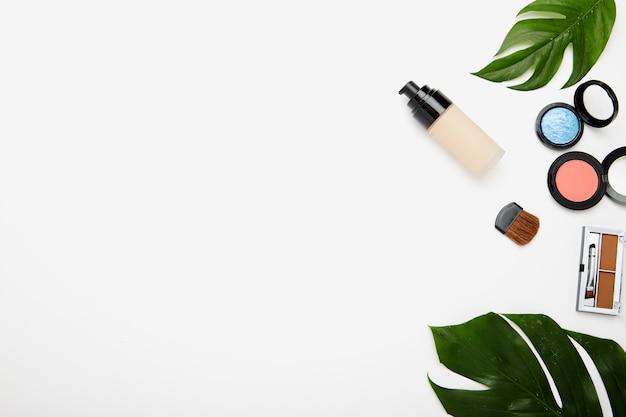 Make-up producten en penselen op wit
