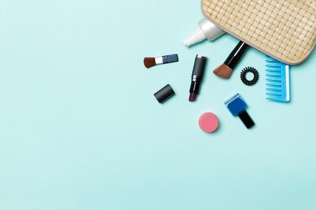 Make-up producten gevallen uit cosmetica zak