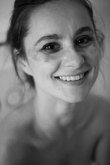 Make-up remover natuurlijke schoonheid vrouw authentieke emotie
