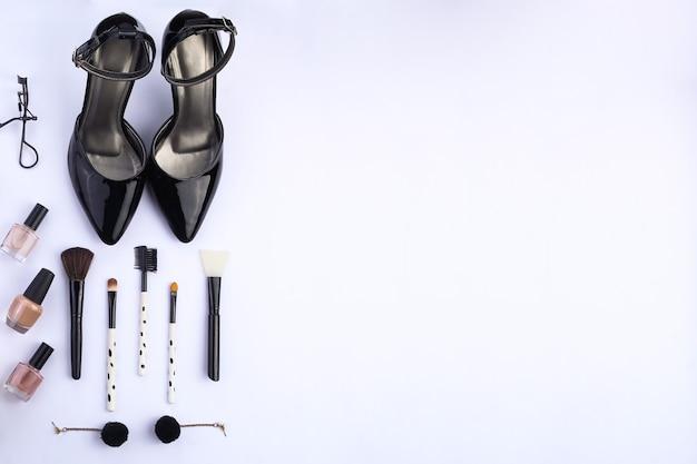 Make-upaccessoires en uitrusting voor dames bovenaanzicht met ruimte voor tekst