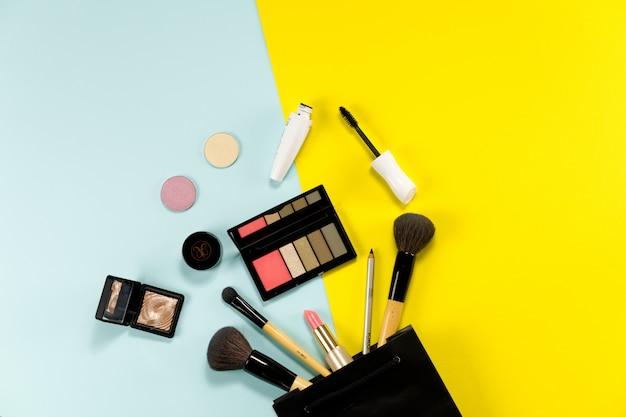 Make-upachtergrond van schoonheidsproduct op kleurenoppervlakte.