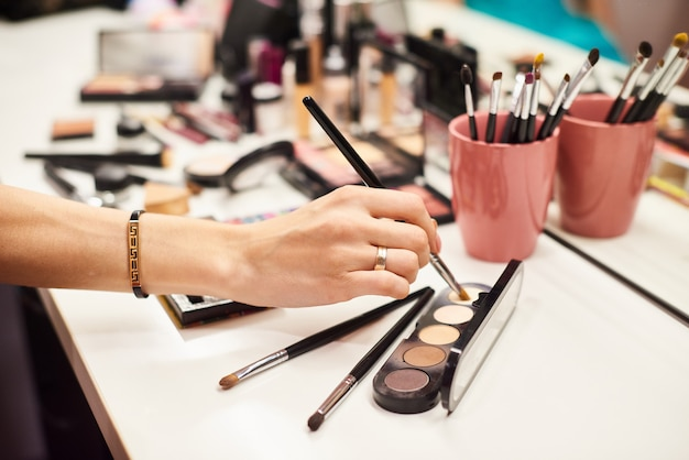 Make-upartiest perfect doen maakt het jonge model goed