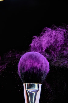 Make-upborstel die in dark wordt geïsoleerd