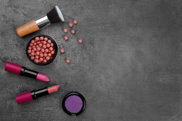 Make-upborstel, lippenstift, oogschaduw en blush