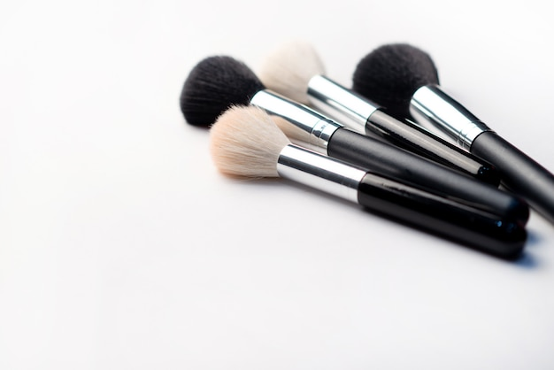 Make-upborstel op een witte achtergrond. schoonheid concept. close-up met ruimte voor tekst