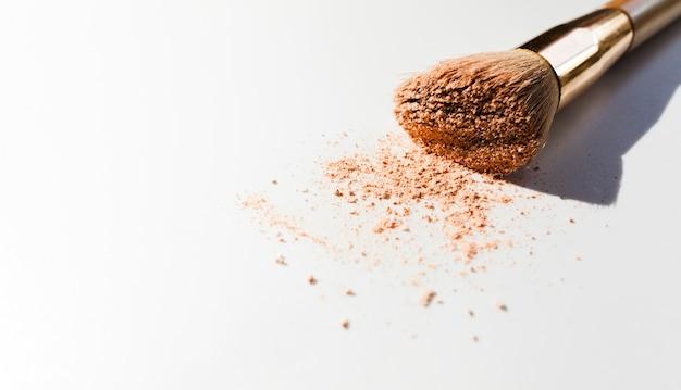 Make-upborstel op witte achtergrond