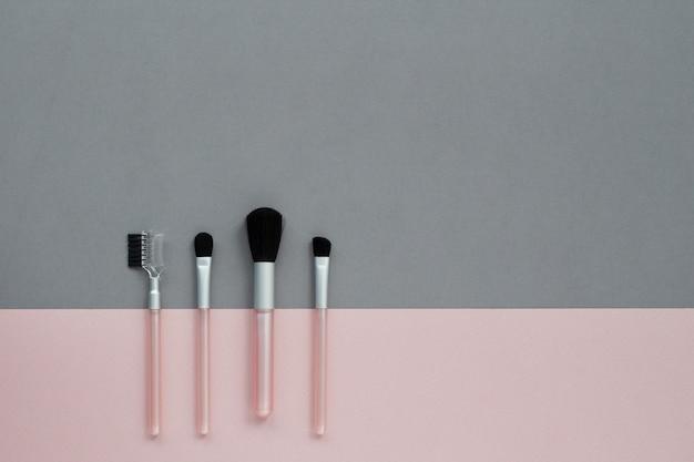 Make-upborstels ingesteld op grijze en roze geometrie