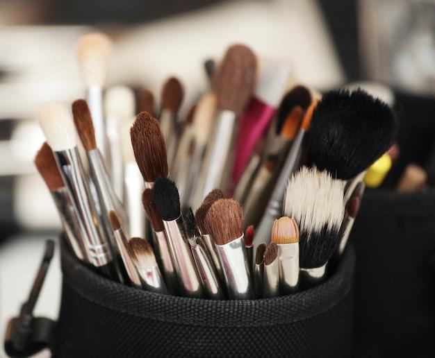 Make-upgereedschap in hun houder