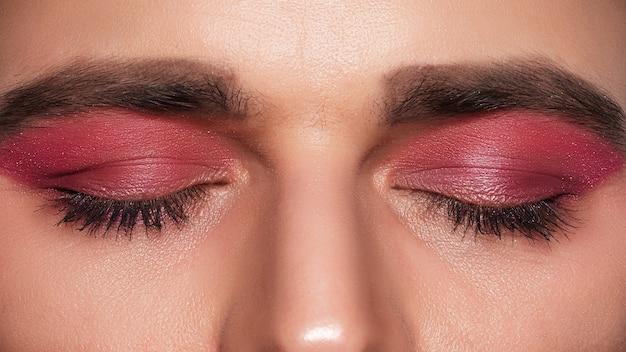 Make-uplook voor heren. close-up portret van een jonge, bebaarde man. cosmetica voor mannen.