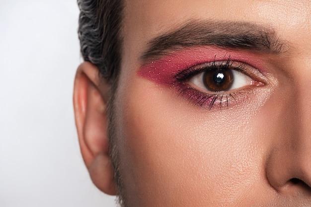 Make-uplook voor mannen. close-up portret van een jonge, bebaarde man. cosmetica voor mannen.