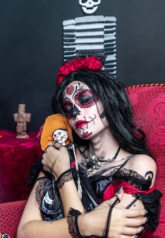 Make-upmodel met thema mexicaanse dag van de doden in een studiesessie in madrid, spanje