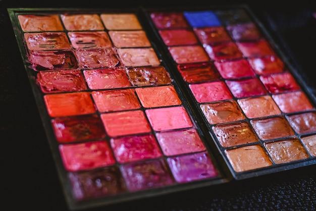 Make-uppalet met veelvoudige kleuren.