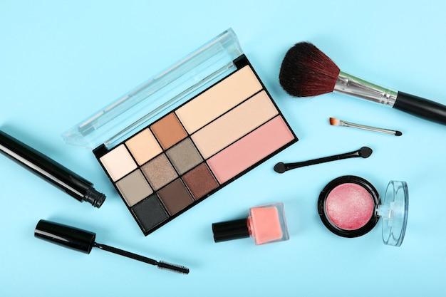 Make-upproducten op gekleurde achtergrond bovenaanzicht