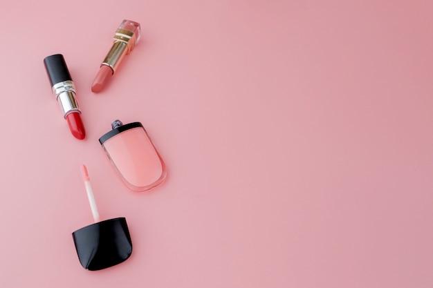 Make-upproducten op roze achtergrond. bovenaanzicht met kopie ruimte