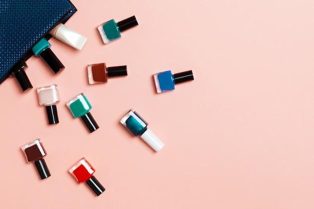 Make-uptasje met manicure en pedicure, heldere gelvernis