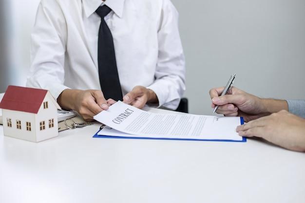 Makelaar agent presenteren en raadplegen van klant tot besluitvorming ondertekenen verzekering overeenkomst